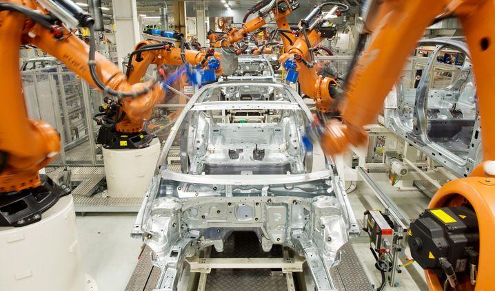 Roboter im VW-Werk Wolfsburg: Pro Mitarbeiter fertigt VW nur 17 Autos pro Jahr - Konkurrenten kommen auf die dreifache Zahl.