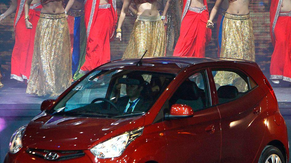 Auto-Präsentation in Indien: Mit dem Hyundai Eon wollen die Südkoreaner Marktanteile in Schwellenländern gewinnen