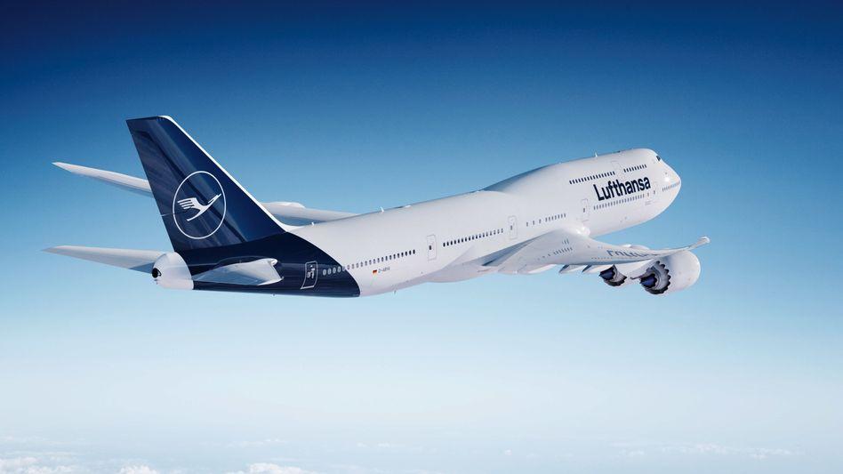"""Boeing 747-8 im neuen Lufthansa-Design (Computer-Darstellung): """"Im realen Betrieb hat sich gezeigt, dass der gewählte Farbton bei bestimmten Lichtverhältnissen wesentlicher dunkler erscheint als in der Testumgebung"""""""