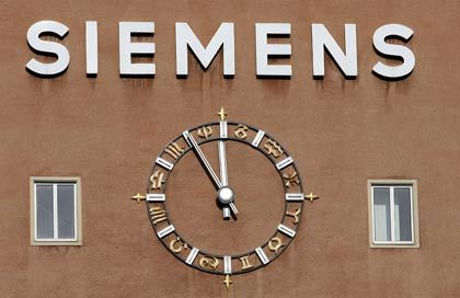 Fünf vor zwölf: Der Siemens-Konzern hat momentan einige Probleme zu bewältigen