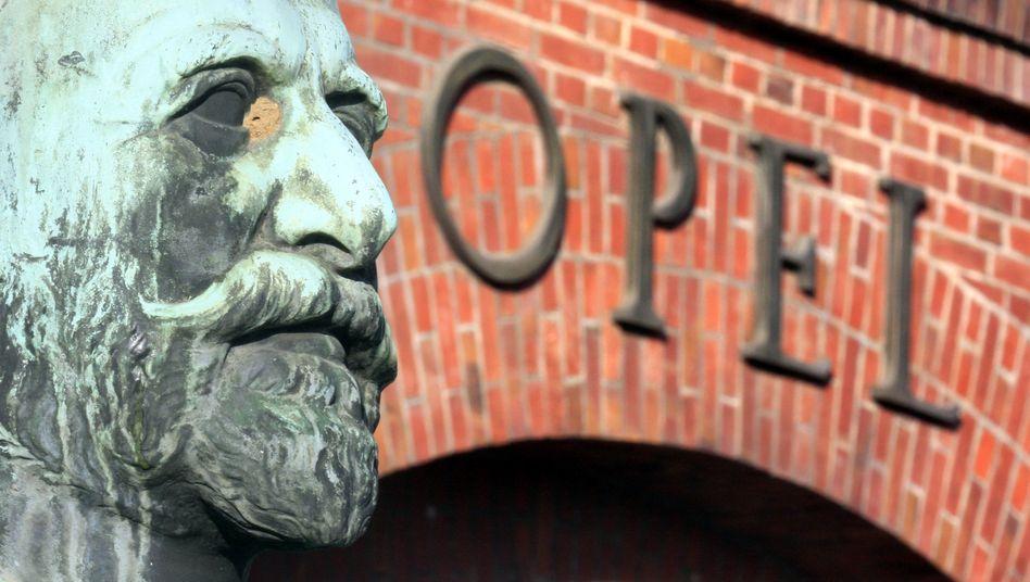 Statue des Firmengründers Adam Opel vor dem Stammwerk in Rüsselsheim: Der Betrieb begann lange vor dem Autozeitalter mit Nähmaschinen und Fahrrädern