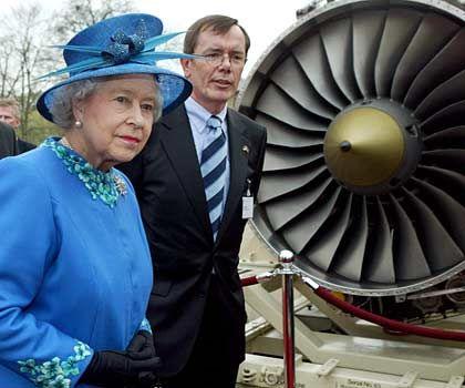 Hoher Besuch: Axel Arendt trifft Elizabeth II. (l.) bei deren Visite der deutschen Landesgesellschaft von Rolls-Royce