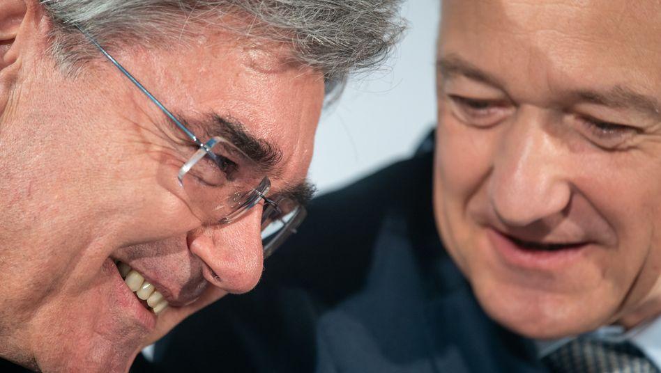 Der alte und der neue Chef: Mit der heutigen Hauptversammlung übernimmt Roland Busch (r.) die Konzernführung von Joe Kaeser