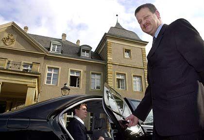 Der Butler als Chauffeur: Butlerschüler Nikolaus Unterberger vor dem Schloss Garath in Düsseldorf