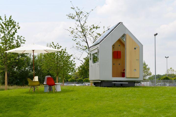 """Minimalistisches Haus """"Diogene"""" von Renzo Piano: Das Tiny-House-Movement gibt vor, sich auf das Wesentliche zu besinnen - wie einst Diogenes. Aber ganz ohne Stararchitekten und nette Sitzgruppe unter dem Schirmchen geht es manchmal auch nicht."""