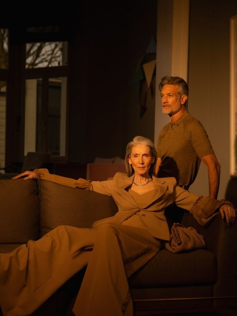 Graue Stars: Eveline Hall und Terrence Sheahan zeigen aktuelle Frühjahrsmode