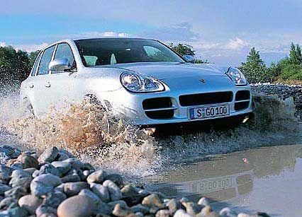 Porsche Cayenne: Rückrufaktionen werfen ihre Schatten auf den Erfolg des Geländemodells. So musste Porsche einige Fahrzeuge in die Werkstätten rufen, weil eine Feder der Feststellbremse an einen Kabelstrang scheuern könnte