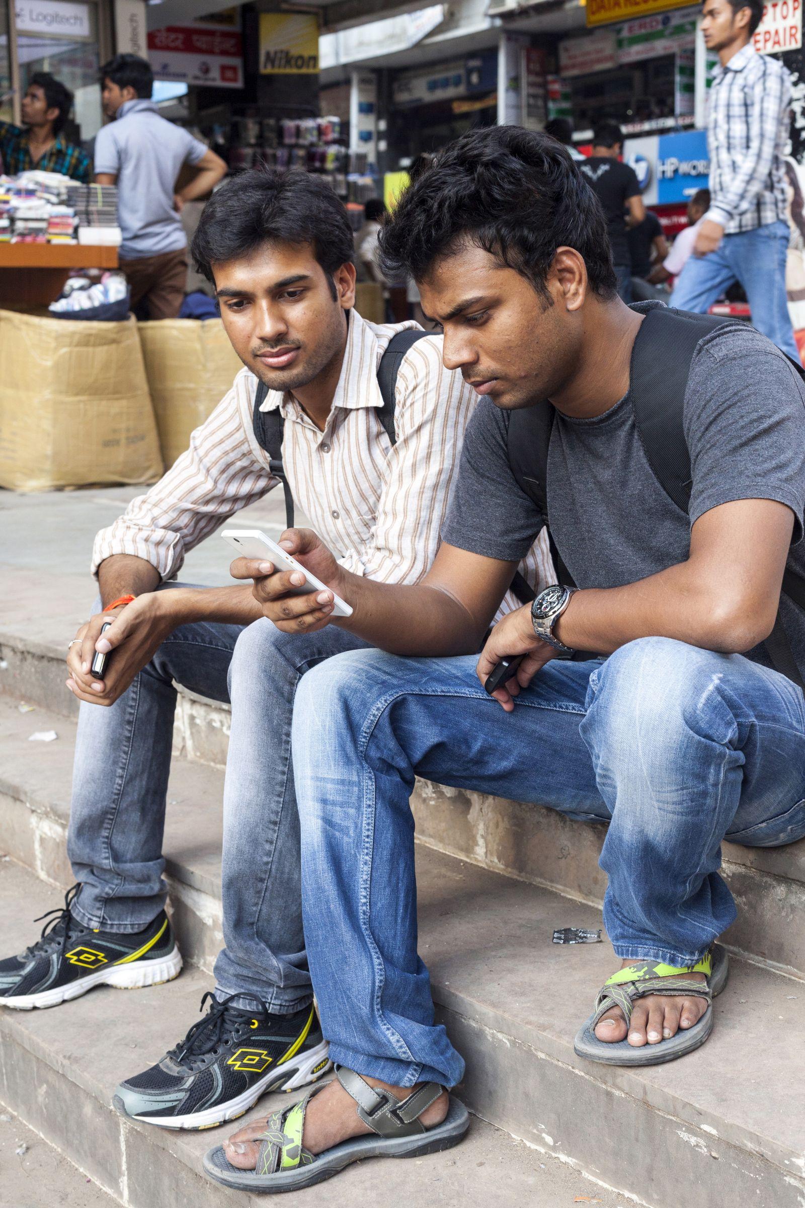 NICHT MEHR VERWENDEN! - Smartphone/ Indien/ indische Männer