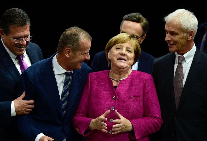 Angela Merkel zwischen VW-Managern auf der Automesse IAA