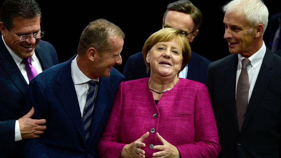 """Merkel, Autobosse Matthias Müller (rechts) und Herbert Diess (links): """"Hardware-Updates teuer und technisch enorm aufwendig"""""""