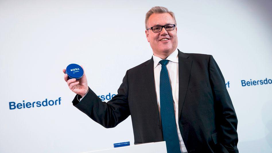 Wechselspiel: Beiersdorf-Chef Stefan De Loecker, im Bild mit Creme-Dose aber allein