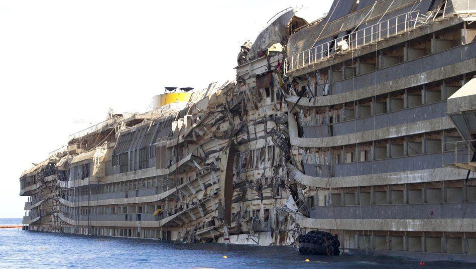 """Aufgerichtet: Das Wrack der """"Costa Concordia"""" könnte bald Genua geschleppt und verschrottet werden"""