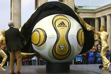 Enthüllung des Adidas-WM-Balls in Berlin: Optischbilligere Aktien für den Sportfreund