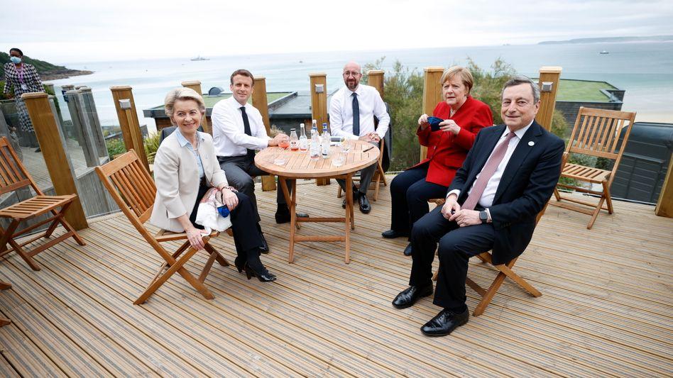 Gespräch in kleiner Runde: EU-Präsidentin von der Leyen, Frankreichs Präsident Macron, EU-Ratspräsident Charles Michel, Bundeskanzlerin Merkel und Italiens Regierungschef Draghi diskutieren ohne Gastgeber Johnson