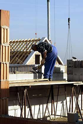 Bauen, Kaufen? Die Eigenheimzulage fällt. Dennoch heißt es, kühlen Kopf zu bewahren