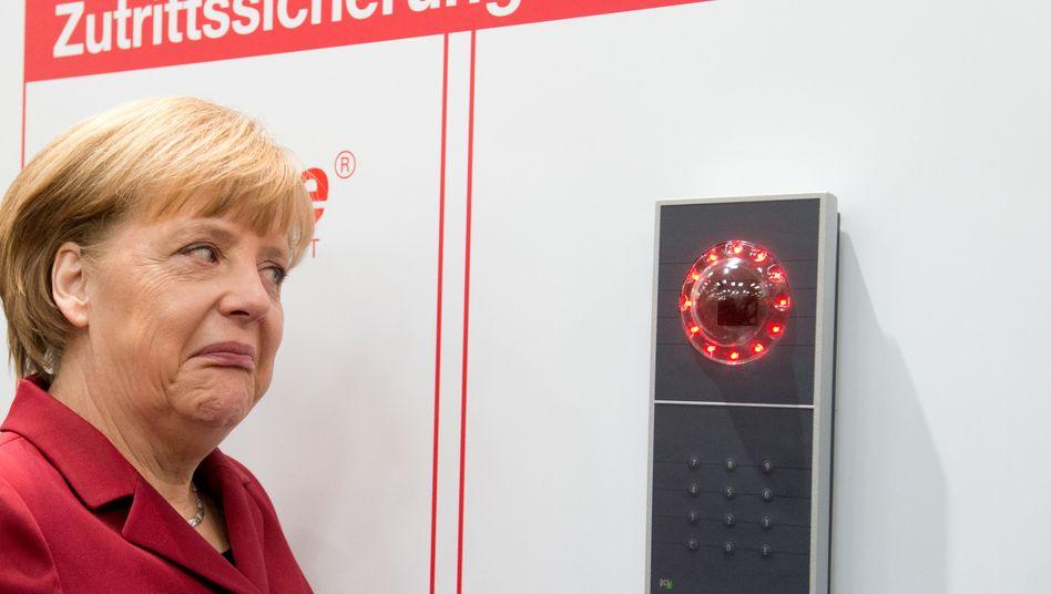 """Bundeskanzlerin Angela Merkel (bei der Eröffnung der Cebit im Vorjahr): Sprachdienst-Verschlüsselungsdienste arbeiten an einem """"Kanzler-Handy für alle"""" - US-Lauscher sollen nicht mehr mithören"""