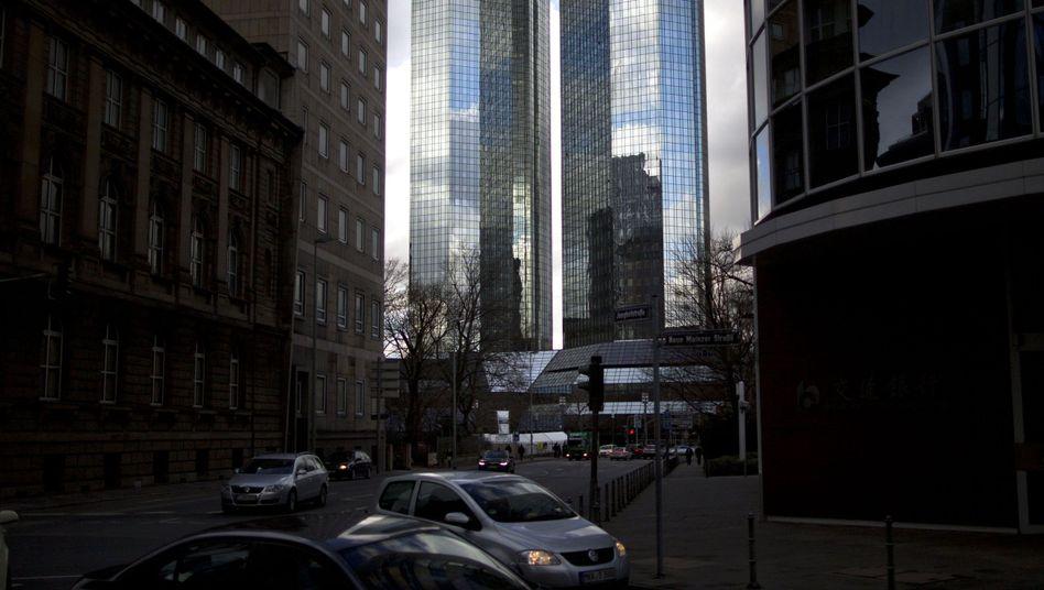 Zentrale der Deutschen Bank in Frankfurt: Die Bafin hatte den Kontrolleuren der Deutschen Bank vorgeworfen, bei der Aufarbeitung verschiedener Skandale zu lax gegenüber dem eigenen Management gewesen zu sein