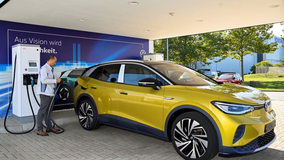 Stromer-Sieg für VW: Die Kernmarke der Wolfsburger verkaufte im ersten Halbjahr in Deutschland die meisten Batterie-Elektroautos (im Bild der VW ID.4) und Plug-in-Hybride.