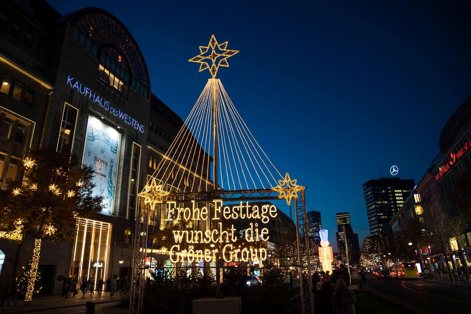 Weihnachtsbeleuchtungen auf der Tauentzienstrasse und am KaDeWe in Berlin am 24. November 2020. Black Week und Weihnach