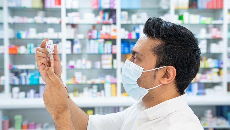 Einfaches Mittel: Der Astrazeneca-Impfstoff kommt ohne Tiefkühllogistik aus und kann auch in Apotheken, wie dieser in London, verabreicht werden