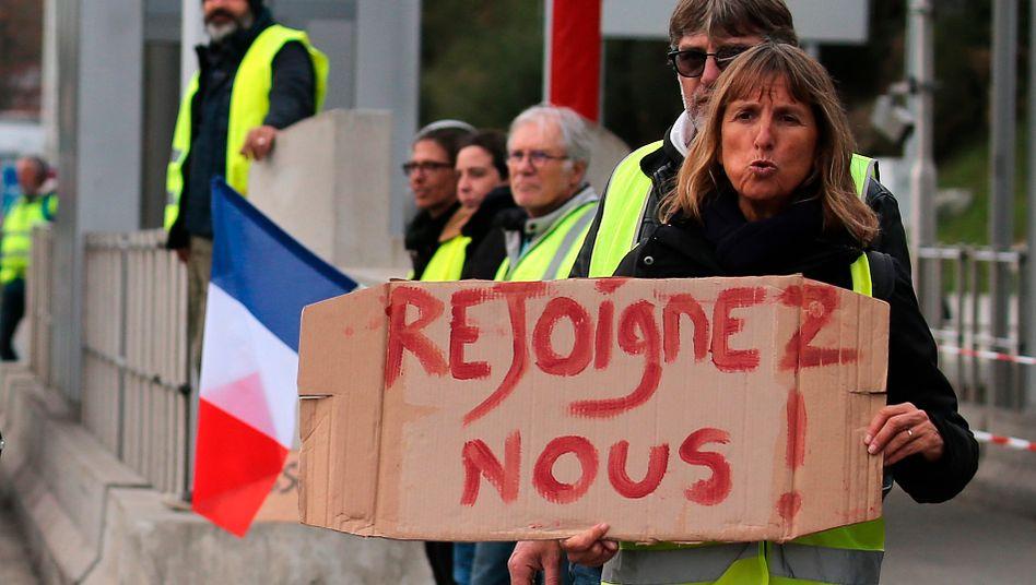 """Gelbwesten-Proteste in Frankreich: Die Gilets Jaune (""""gelbe Westen"""") prägen die Stimmung im Land. Sie richten sich gegen Macrons Politik und gegen ihn persönlich."""