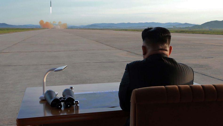 Nordkoreas Machthaber Kim Jong-Un verfolgt den Test einer ballistischen Rakete in Nordkorea