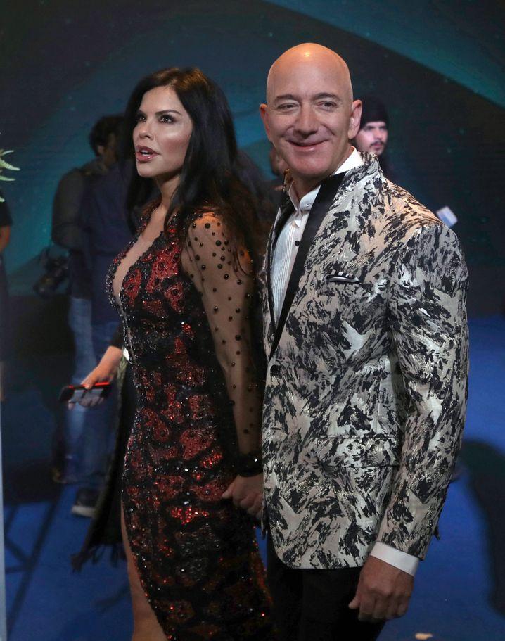 Mutiges Outfit: Lauren Sanches und Jeff Bezos (in Federsakko).