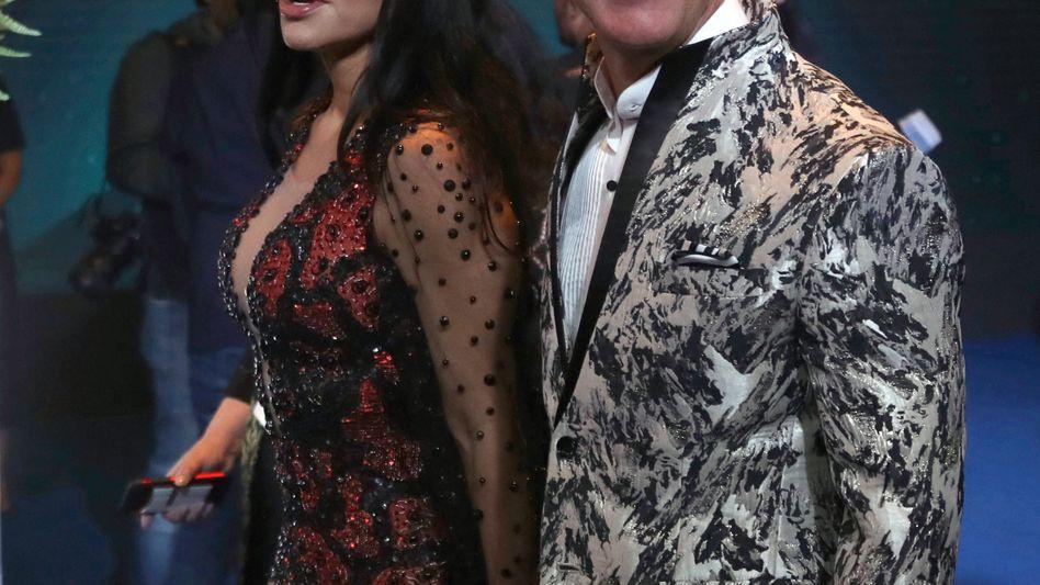 Mutiges Outfit: Jeff Bezos und Lauren Sanchez bei ihrem Auftritt in Mumbai.