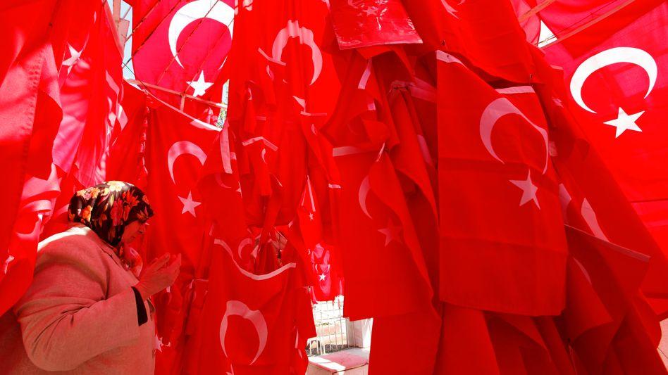 Türkische Fahnen: Die Anleihen des Landes dürften mit dem besseren Rating Investoren locken
