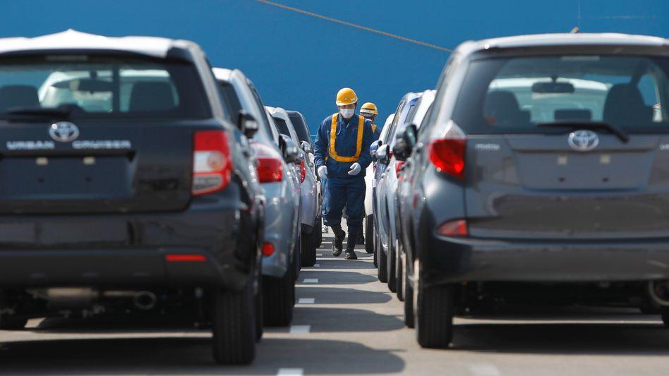 Hoffnung keimt: Neue Toyotas werden vom Hafen Sendai verschifft. Ein Tsunami hatte die küstennahen Teile der Stadt im März verwüstet