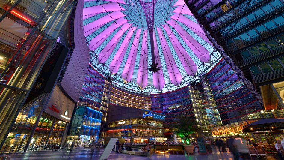 Sony-Center, Potsdamer Platz in Berlin: Allein beim Kauf des Sony Centers sollen die Investoren durch legale Steuertricks 66 Millionen Euro an Grunderwerbsteuer gespart haben