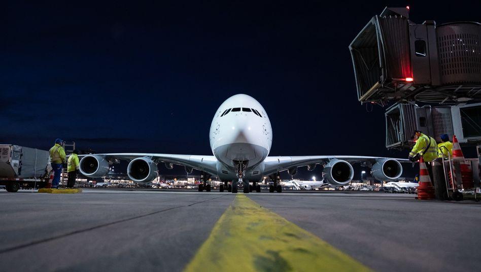 Ein Airbus A380 der Lufthansa nach der Landung Ende März in Frankfurt: Die Superjumbo-Flotte der Lufthansa war während der Coronakrise stillgelegt, ihre Zukunft ist ungewiss
