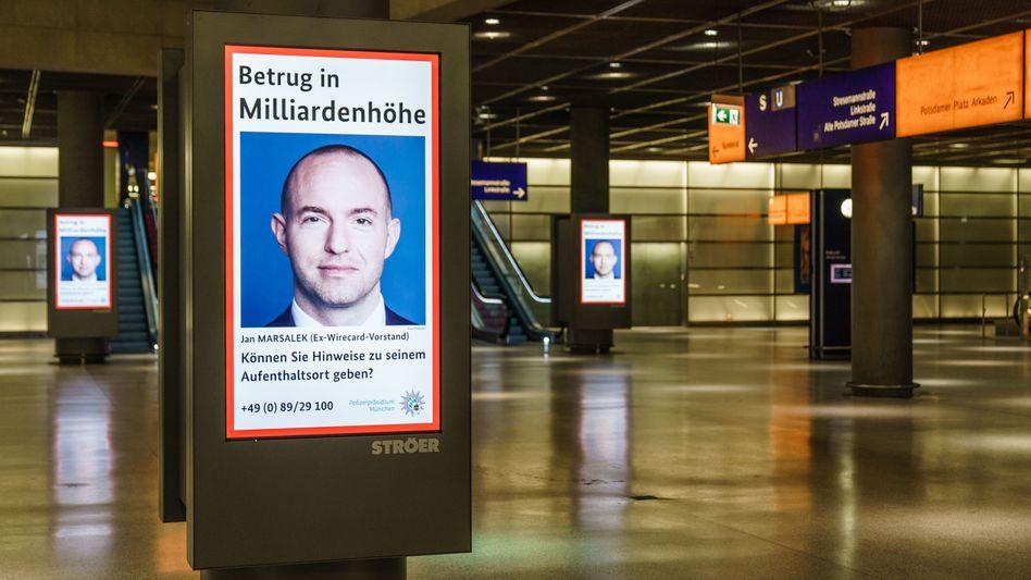 Zumindest eine Spur: Fahndungsplakat nach Ex-Wirecard-Vorstand Jan Marsalek in Berlin
