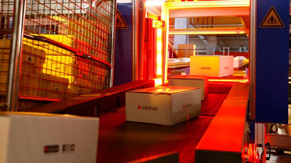 Es läuft: Förderband mit Zalando-Paketen in Verteilzentrum der Schweizerischen Post