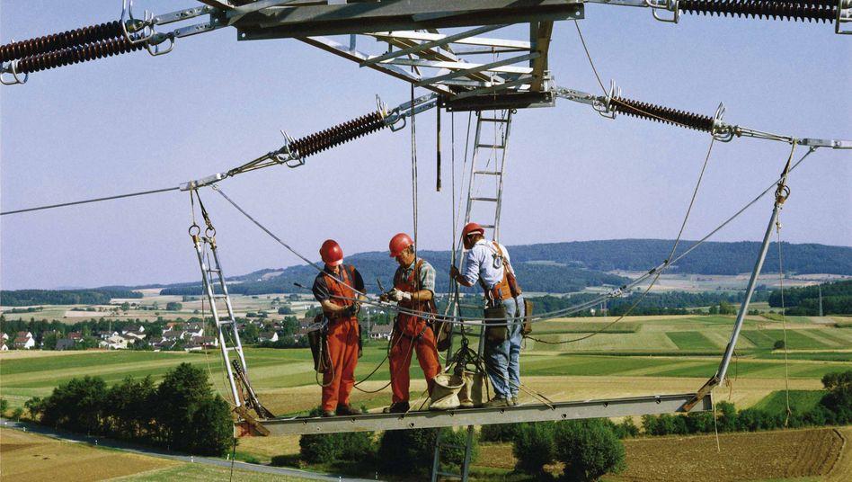 Arbeiten an Stromnetz von Eon: Der Versorger will Strom aus Thyssenkrupps Elektrolyseanlage einspeisen, wenn der Bedarf dafür besonders groß ist.