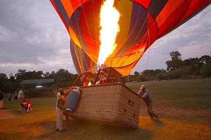 Starthektik: Jetzt müssen die Passagiere schnell an Bord. Sonst hebt der Ballon ohne sie ab