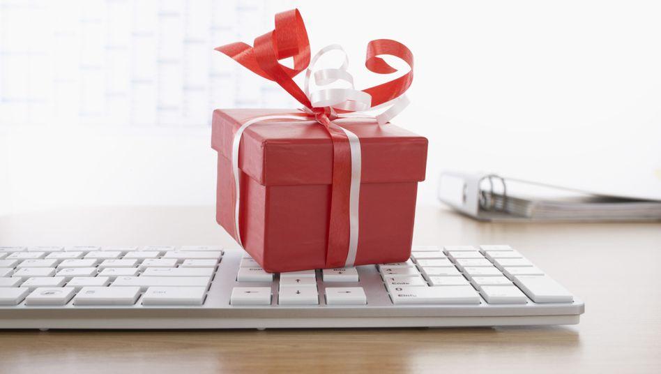 Geschenk im Büro: Bei Präsenten unter Geschäftspartnern ist einiges zu beachten