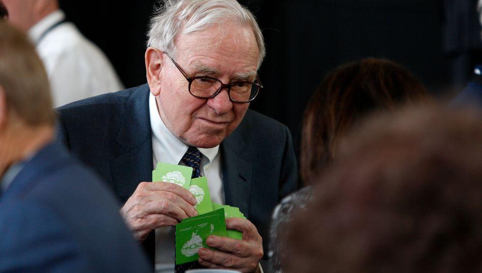 Der Seher Wer ist mächtiger in Amerikas Finanzsystem: die Wall Street oder Warren Buffett ? Neben gut 60 Unternehmen, die er mit seiner Holding Berkshire Hathaway direkt kontrolliert, hält er große Aktienpakete, etwa an Coca-Cola, der Bank Wells Fargo, Moody's oder Kraft Heinz (Ketchup). Der Investmentbank Goldman Sachs half Buffett 2008 mit fünf Milliarden Dollar durch die Finanzkrise. Schon an der Highschool anno 1947 (Foto) wollte er Aktienhändler werden. Buffett liebt Bridge und wohnt seit 1958 im selben Haus in Omaha, Nebraska.