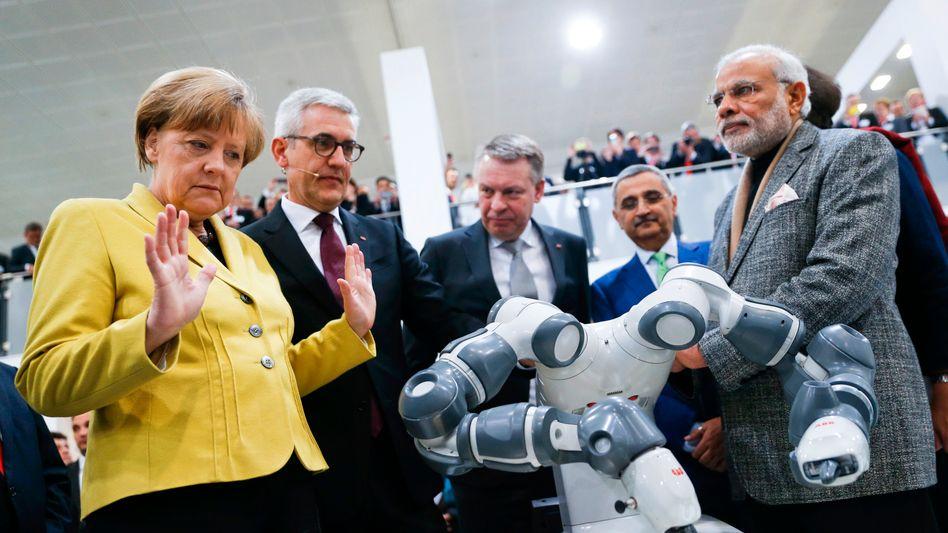 """Merkel, Roboter auf der Hannover Messe: """"Führende Position weiter ausbauen"""""""