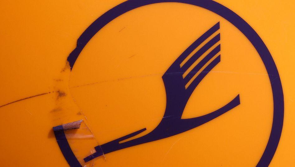 Kranich sucht Ausweg: Altes Lufthansa-Logo am Frankfurter Flughafen am Freitag