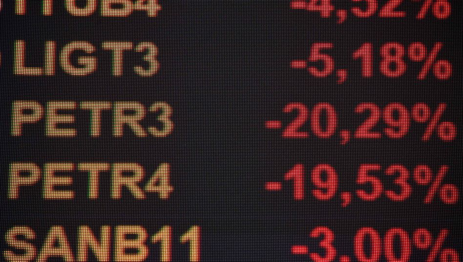 Börse Sao Paulo: Eine Anzeigentafel an der Sao Paulo Stock Exchange zeigt am Montag, 22. Februar, das Kursdesaster an. Die Aktien des Ölkonzerns Petrobas verlieren rund ein Fünftel an Wert.