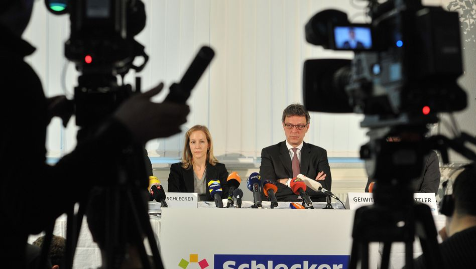 """""""Zweistelliger Millionenbetrag hat zur Trendwende gefehlt"""": Meike Schlecker (links) und Insolvenzverwalter Arndt Geiwitz"""