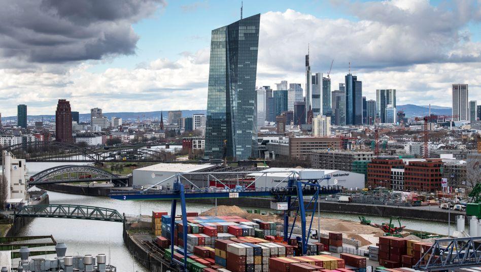 Skyline der Bankenmetropole Frankfurt: Die EZB fordert die Institute zur Zurückhaltung bei Gewinnausschüttungen auf.
