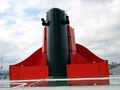 """Schornstein in den Cunard-Farben: Die Dampfpfeife stammt von der """"Queen Mary 1"""" von 1936, die heute in Los Angeles liegt"""
