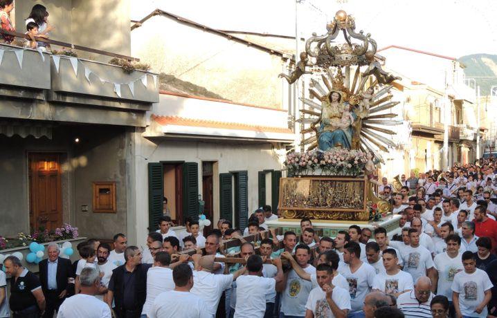 Treue Anhänger: Eine kirchliche Prozession machte im Juli extra einen Umweg, um einen unter Hausarrest stehenden 'Ndrangheta-Mann zu ehren