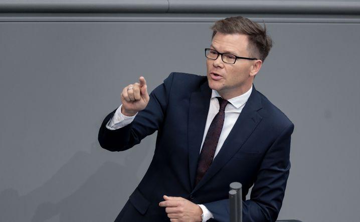 """""""Samthandschuhe ausziehen"""" - Carsten Schneider, Parlamentarischer Geschäftsführer der SPD-Bundestagsfraktion, will die Autoindustrie notfalls auch mit Bußgeldern zur Nachrüstung von älteren Diesel-Fahrzeugen zwingen. Ob das einer gerichtlichen Überprüfung Stand hält, steht auf einem anderen Blatt"""
