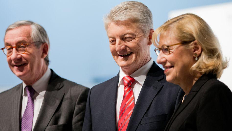 Ist doch schön: Ursula Gather, hier auf einem Foto aus dem Januar, die Vorsitzende der Alfried Krupp von Bohlen und Halbach-Stiftung, darf sich wieder über eine Dividende von ThyssenKrupp freuen. Verantwortlich für die Bescherung: Der Aufsichtsratsvorsitzende, Ulrich Lehner (l.), und ihr Vorstandschef Heinrich Hiesinger.