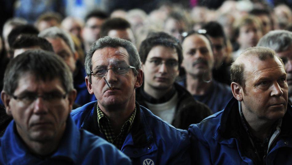 Beschäftigte in Wolfsburg: VW stellt unter den Dax-Konzernen derzeit die meisten Mitarbeiter ein