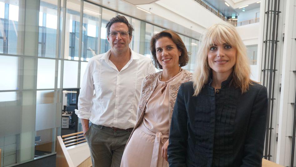 Stephanie Schorp (Mitte) und Rebekka Reinhard mit dem stellvertretenden mm-Chefredakteur Sven Clausen