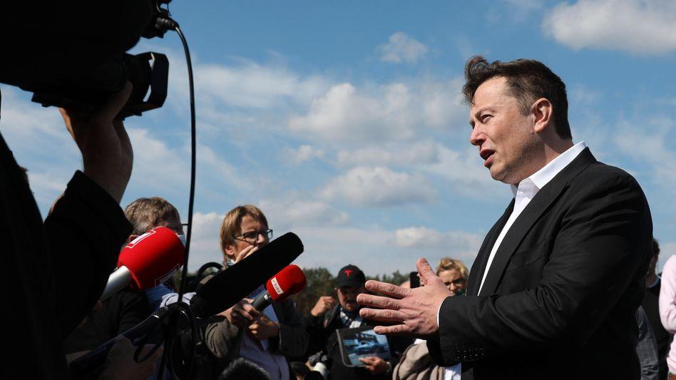 Elon Musk beim Richtfest auf der Baustelle in Grünheide